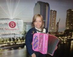 MADLYN accordéon 8 ans  JOLIE POUPÉE RUSSE, final